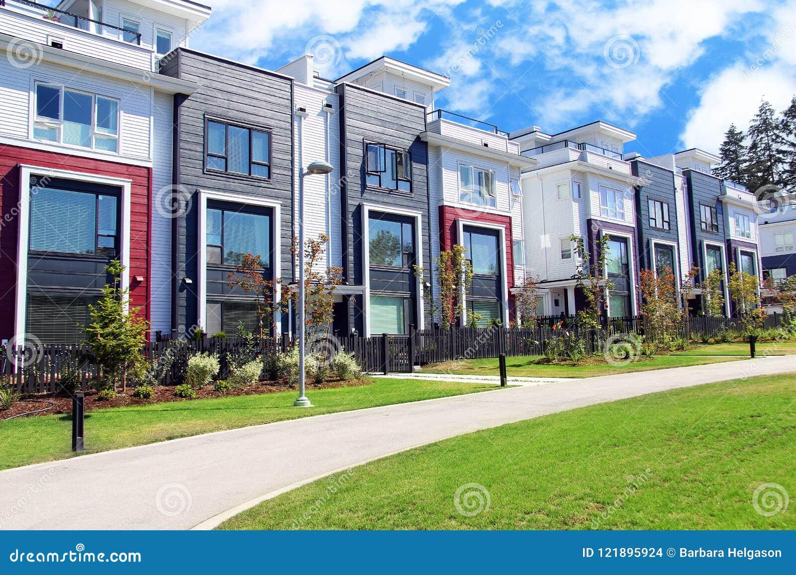 Amazing belle nuove case a schiera allegate suburbane - Immagini case belle esterno ...