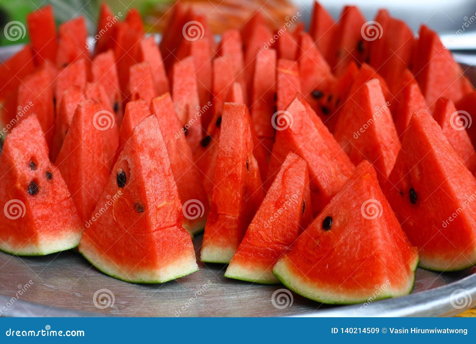 Belle pastèque rouge coupée en tranches du plat