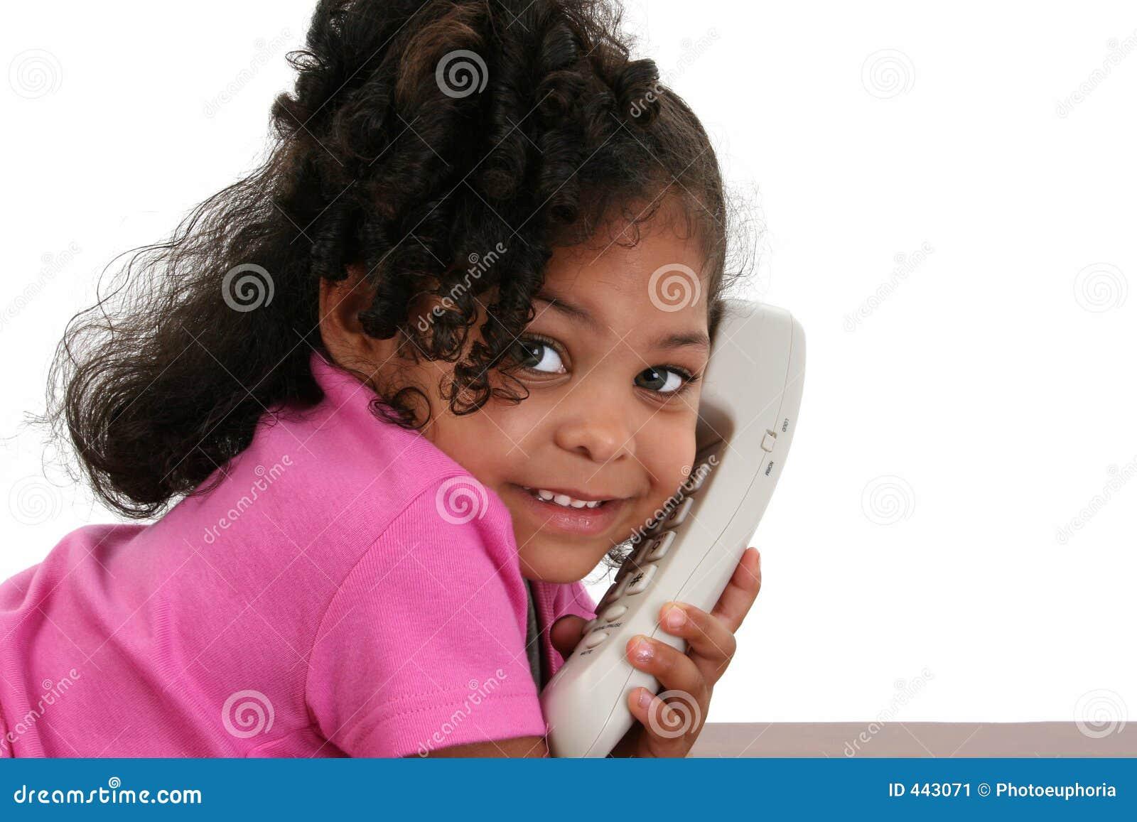 Belle petite fille au téléphone
