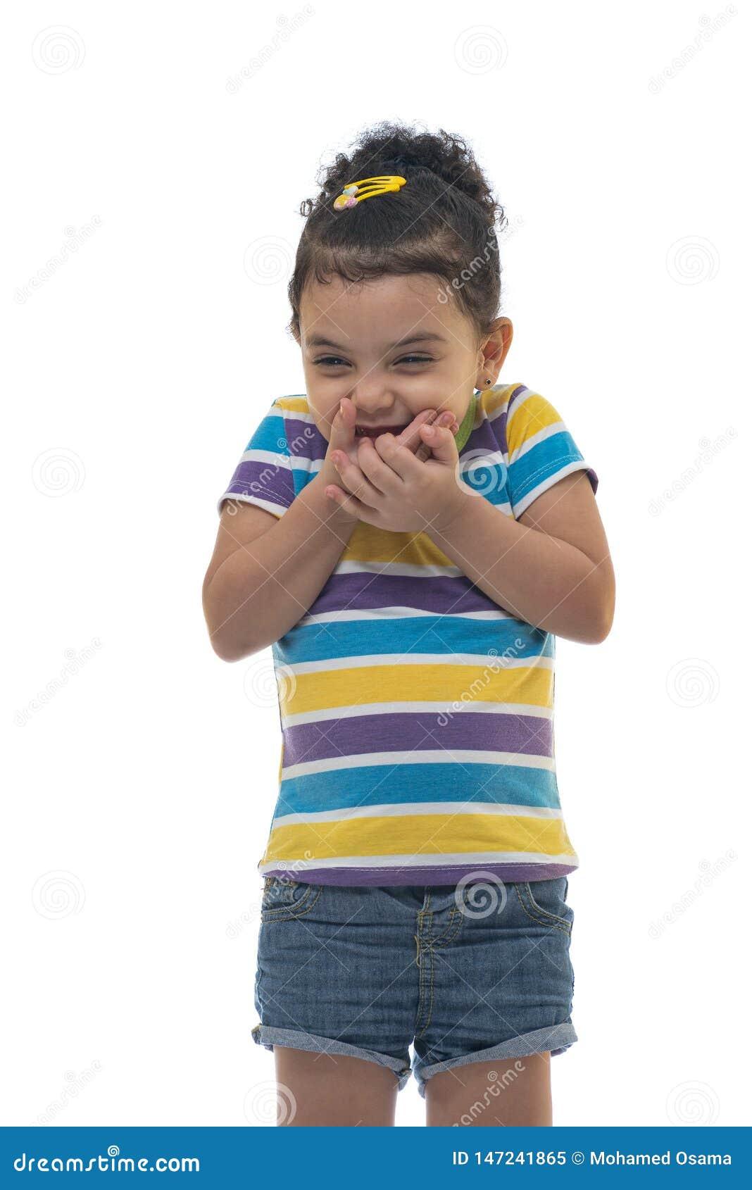 Belle petite fille riant de quelqu un avec le sourire se réjouissant, sourire heureux mauvais
