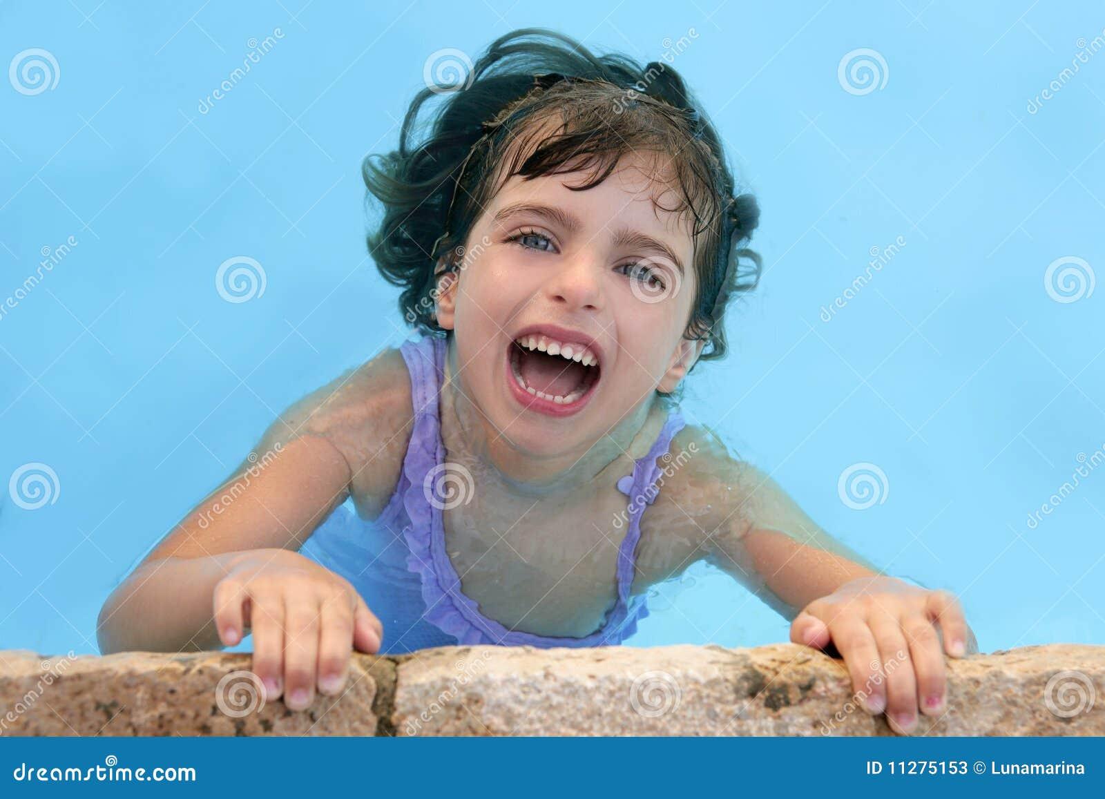 Belle petite fille souriant dans le regroupement