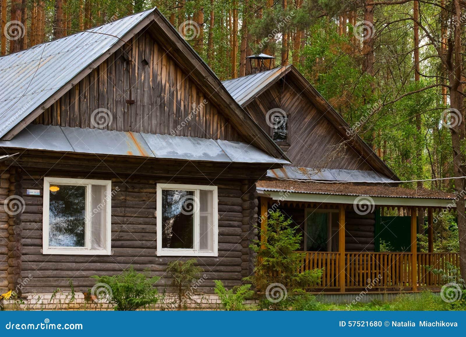 belle petite maison dans les bois photo stock image 57521680. Black Bedroom Furniture Sets. Home Design Ideas