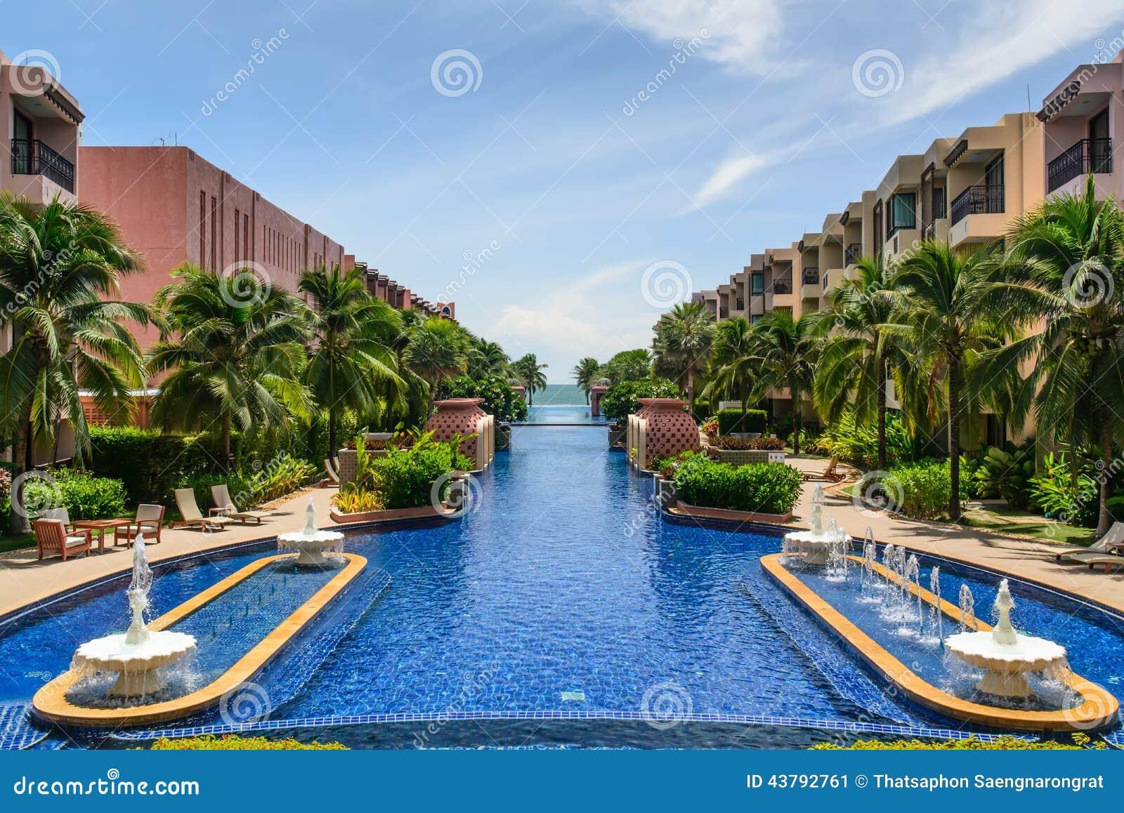 Belle piscine dans l 39 h tel tha lande photo stock image for Piscine a debordement thailande