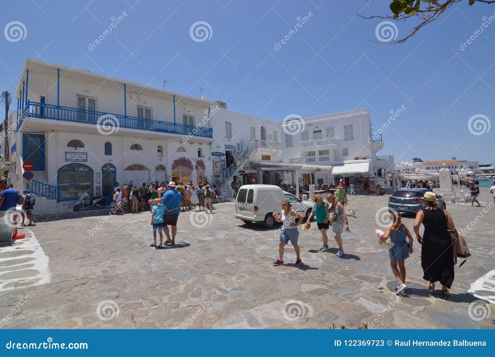 Belle place blanche et bleue typique avec des restaurants en île de Chora de Mikonos Arte History Architecture