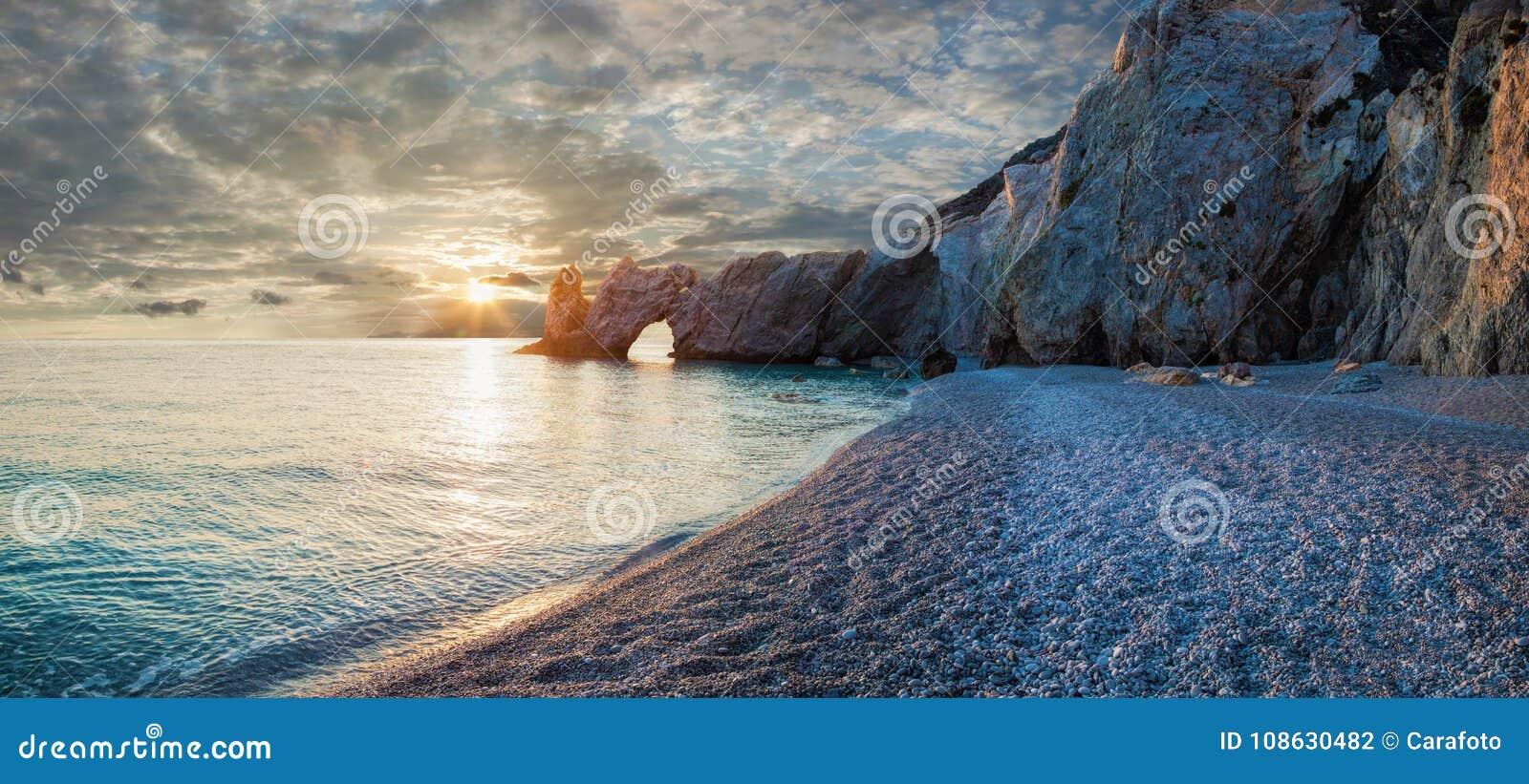Belle plage avec de l eau très clair