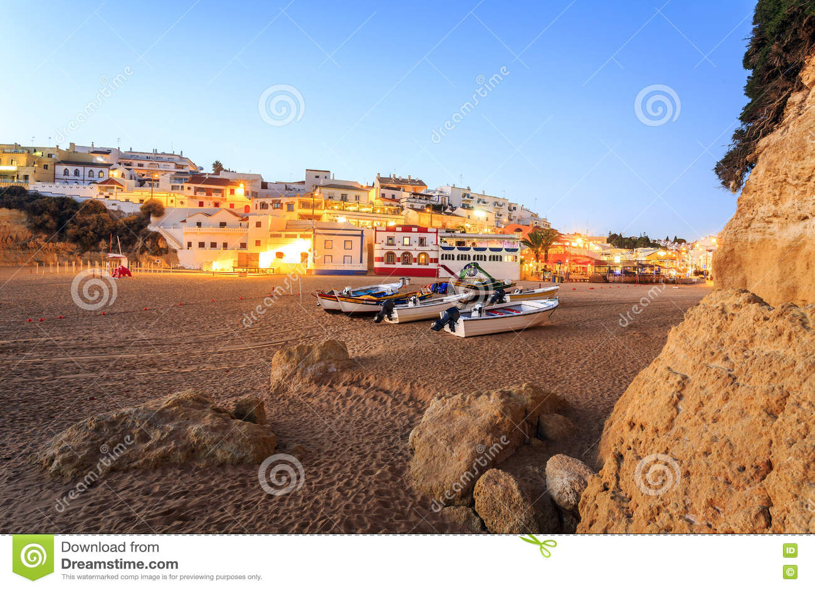 Belle plage dans Carvoeiro, Algarve, Portugal