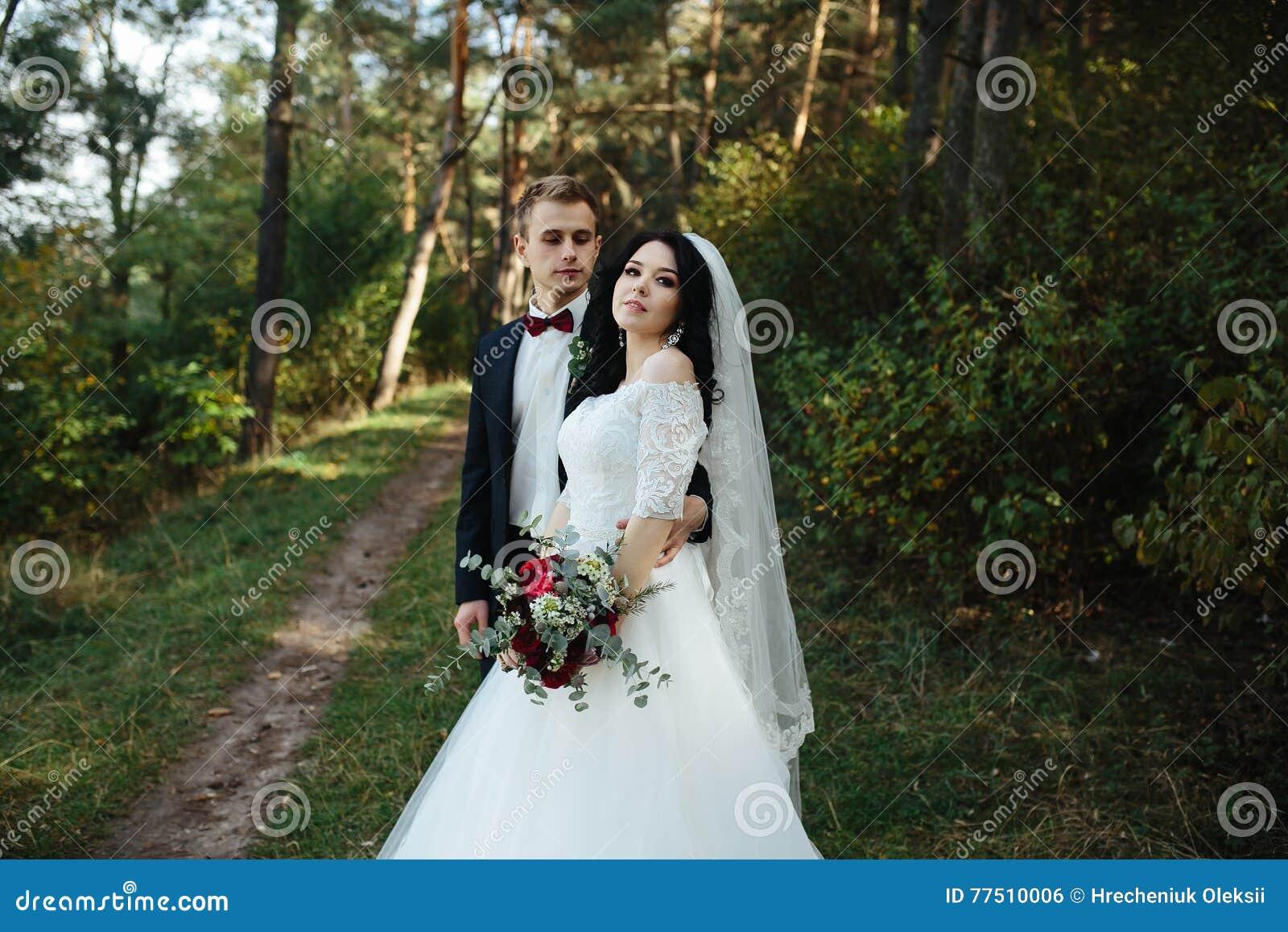 Préférence Belle Pose De Couples De Mariage Photo stock - Image: 77510006 XT72