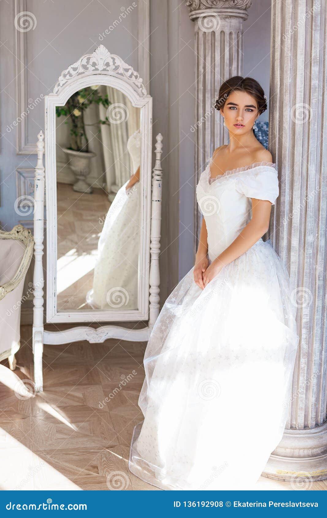 acheter en ligne 190ec d3cff Belle Position De Jeune Femme Dans La Robe Blanche Près Du ...