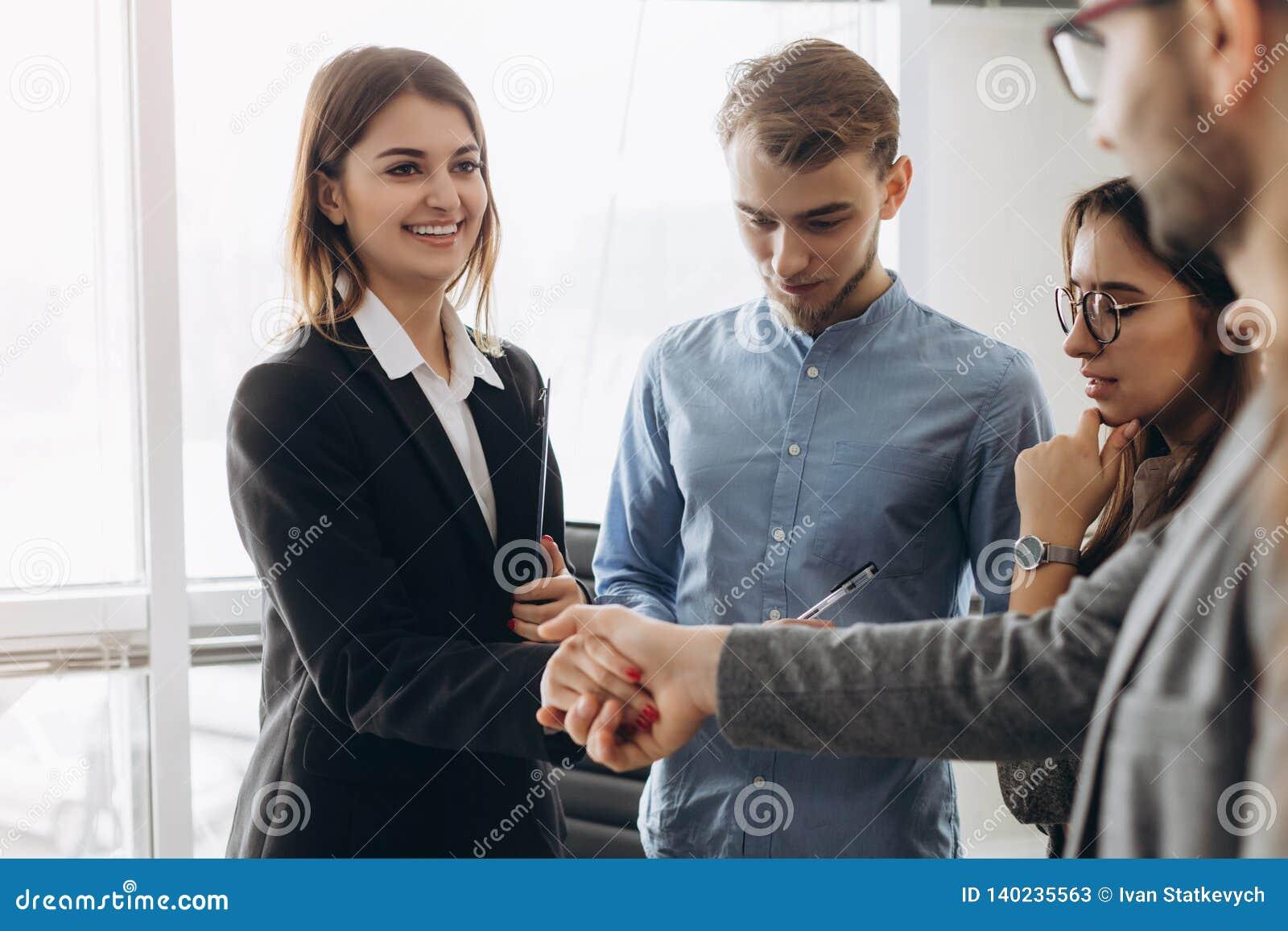 Belle position de sourire de femme d affaires et de poignée de main d homme d affaires dans le bureau, agréable pour vous rencont