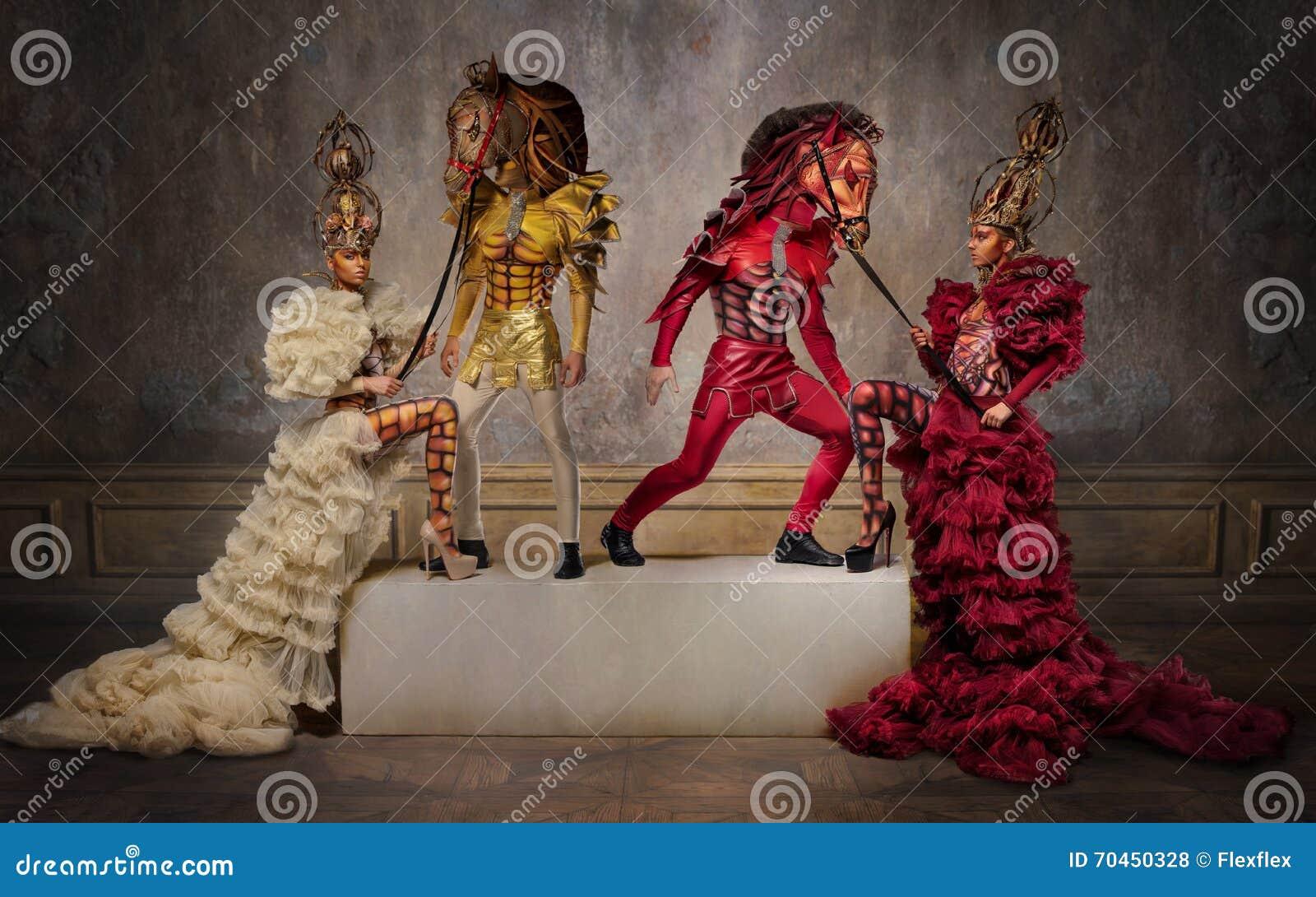 Belle regine di scacchi con gli uomini nelle maschere del cavallo