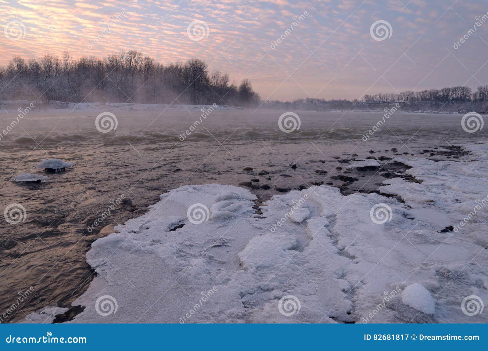 Belle rivière de montagne pendant l hiver au coucher du soleil Puissant pour