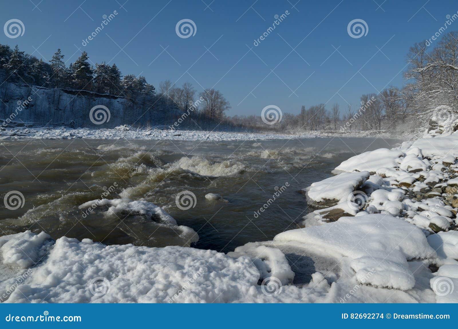 Belle rivière de montagne pendant l hiver Puissant pour Beau