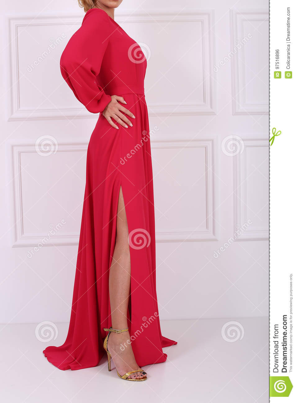 Belle en robe rouge