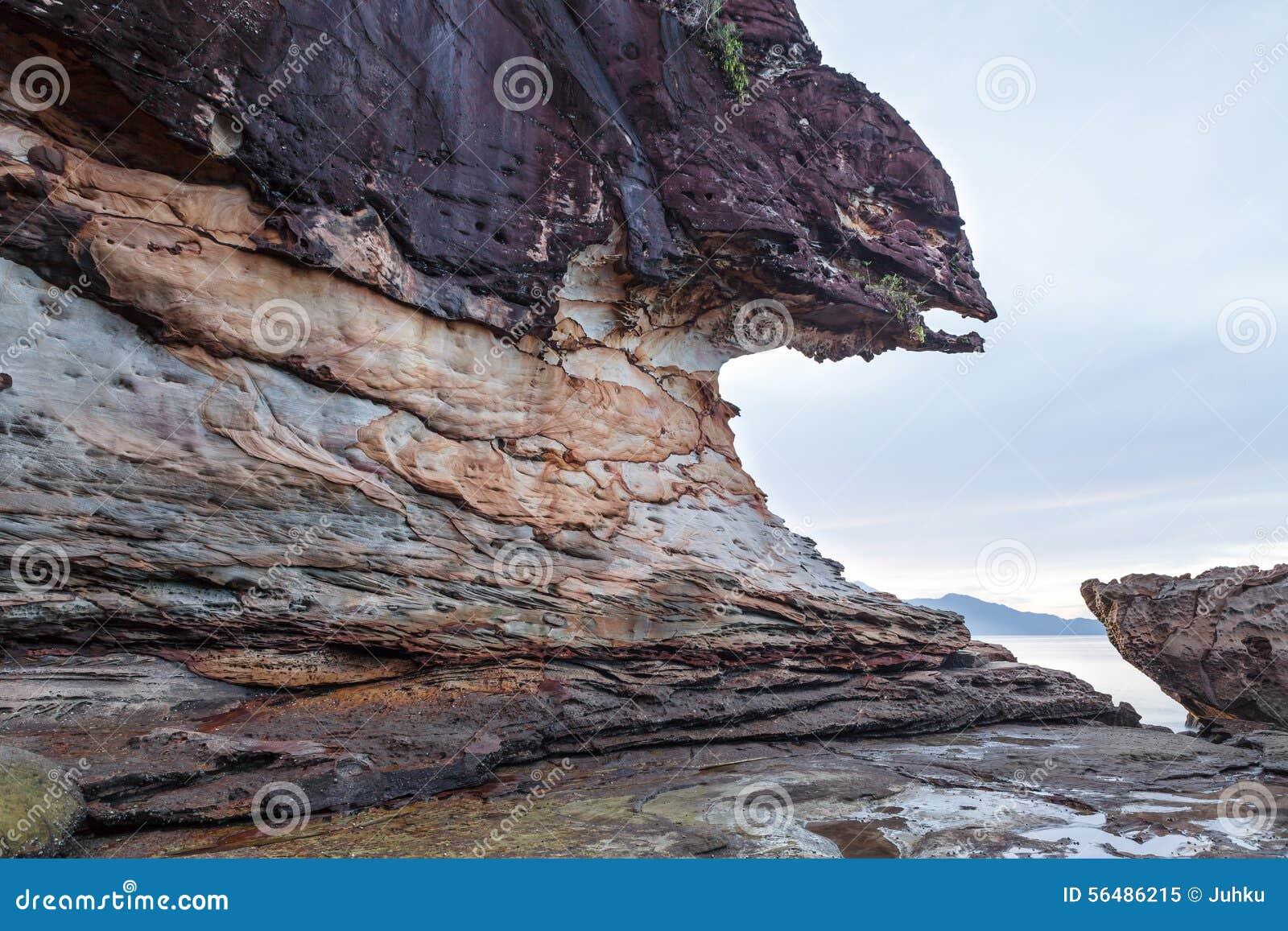 Belle roche de grès à la plage