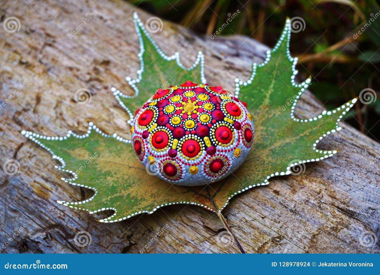 Belle roche peinte à la main de mandala