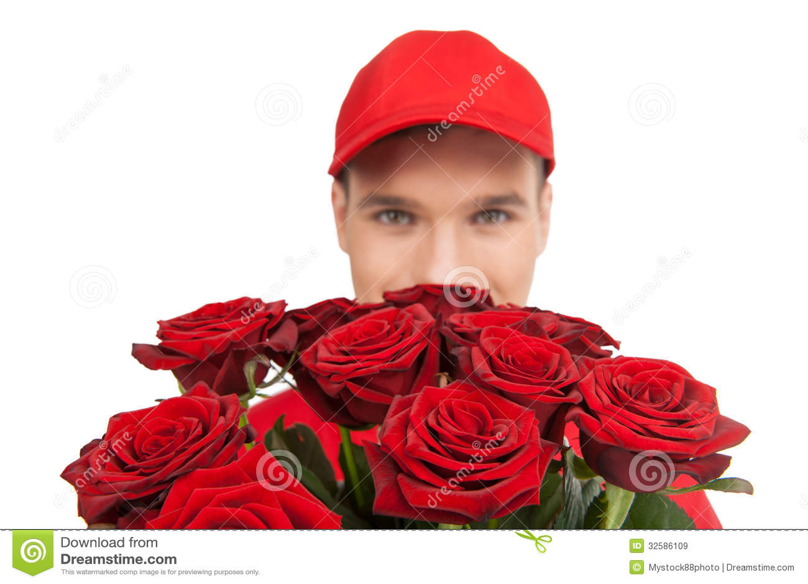 belle rose per voi primo piano del fattorino che tiene un