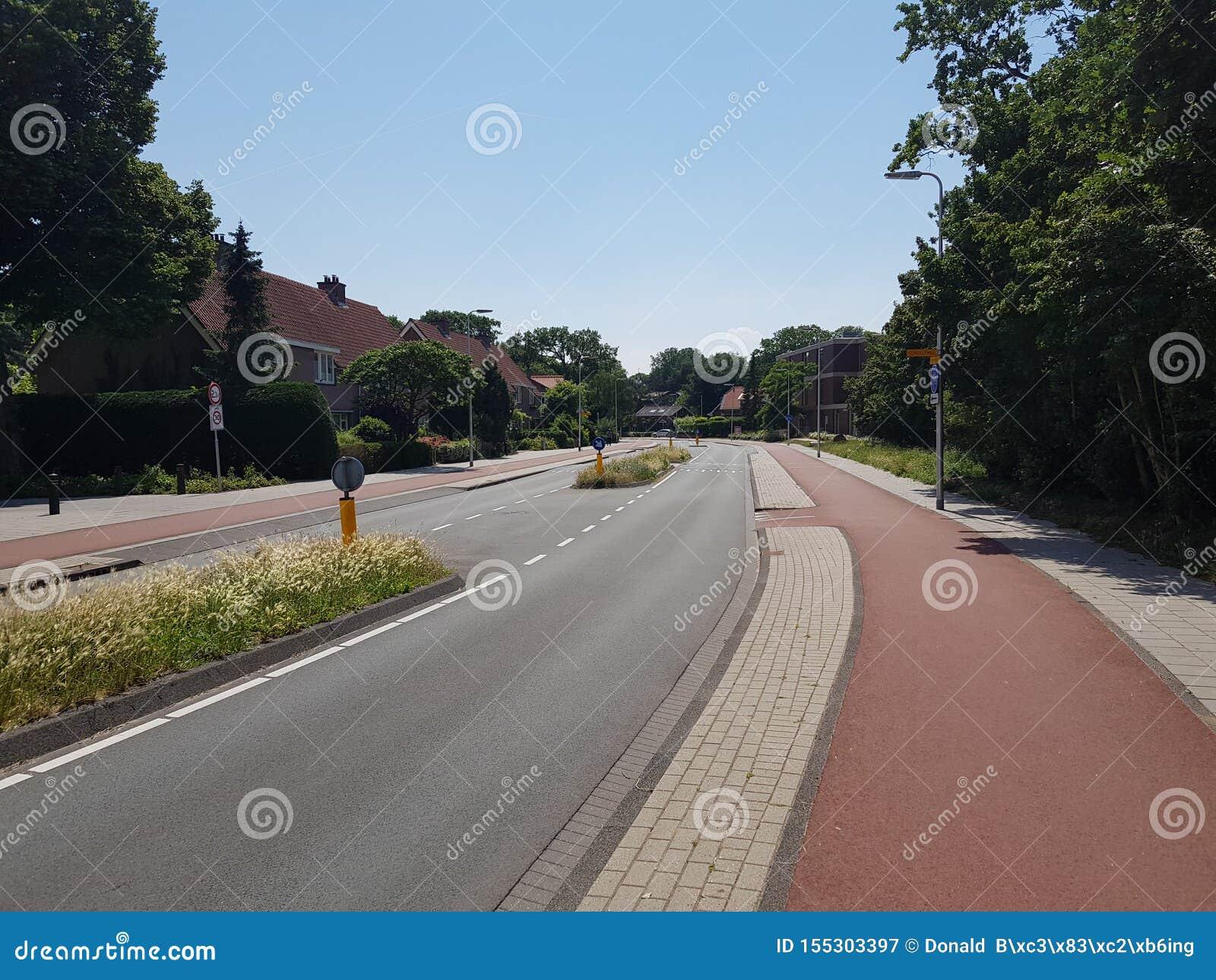 Belle route entretenue bonne avec de larges ruelles de cycle dans Bloemendaal, Pays-Bas