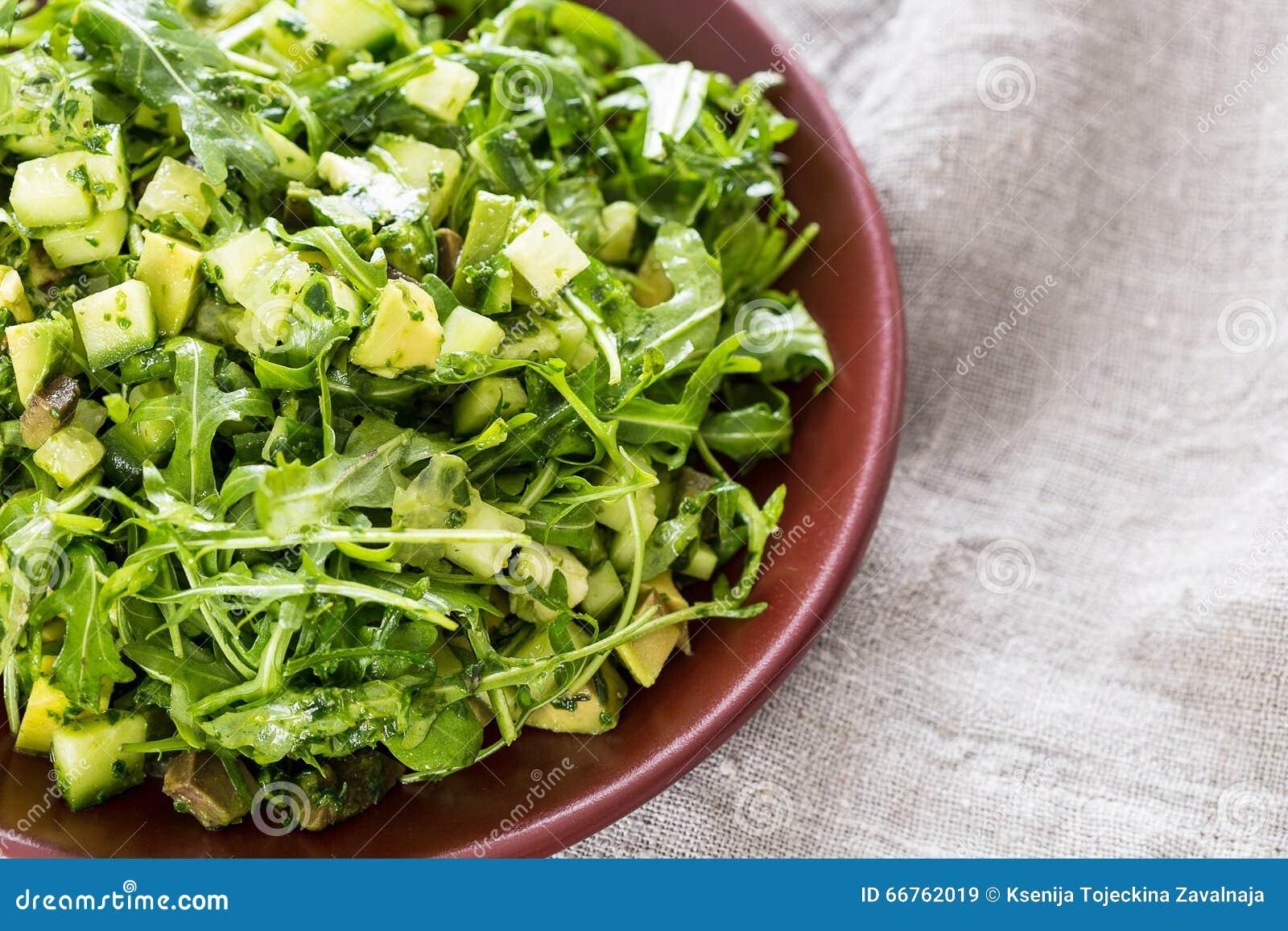 Belle salade verte de Paleo avec le concombre et l avocat sur Grey Wooden Background foncé, horizontal