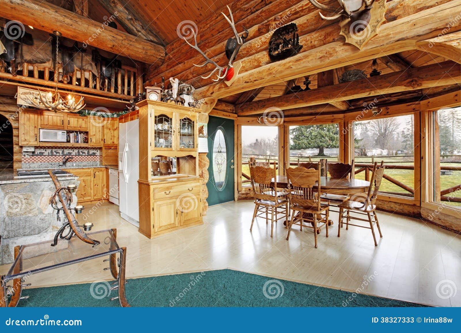 belle salle manger dans la maison de carlingue de rondin photos stock image 38327333. Black Bedroom Furniture Sets. Home Design Ideas