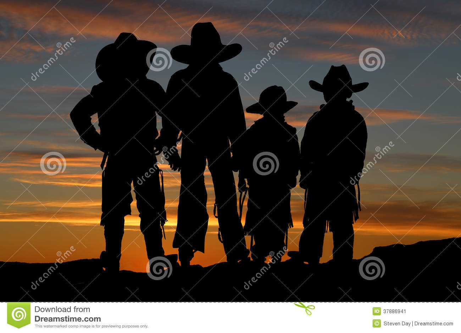 Belle silhouette de quatre jeunes cowboys avec un backgro de coucher du soleil