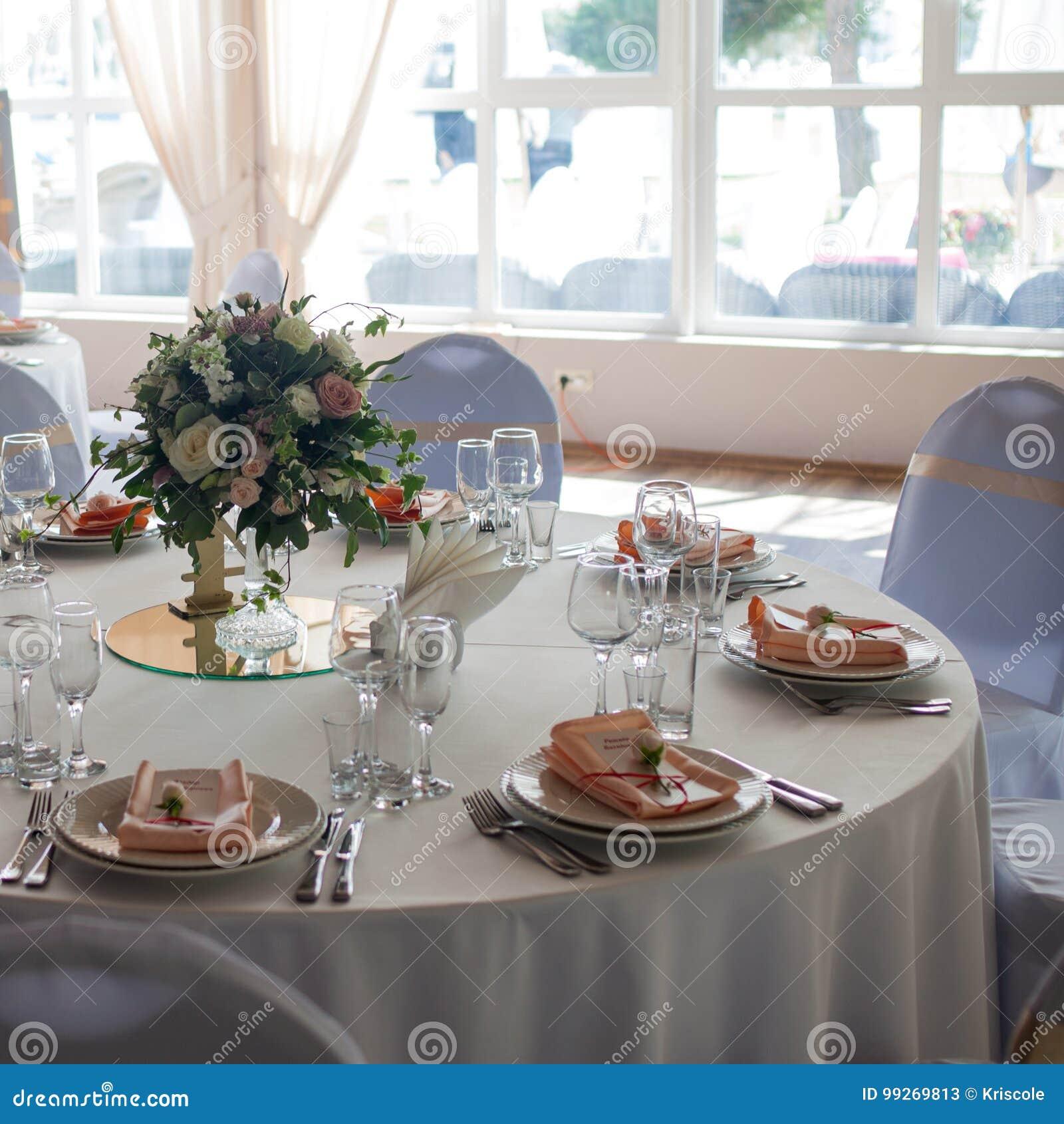 Download Belle Table De Mariage, Table Ronde Pour Des Invités, Bouquet Des  Fleurs Au