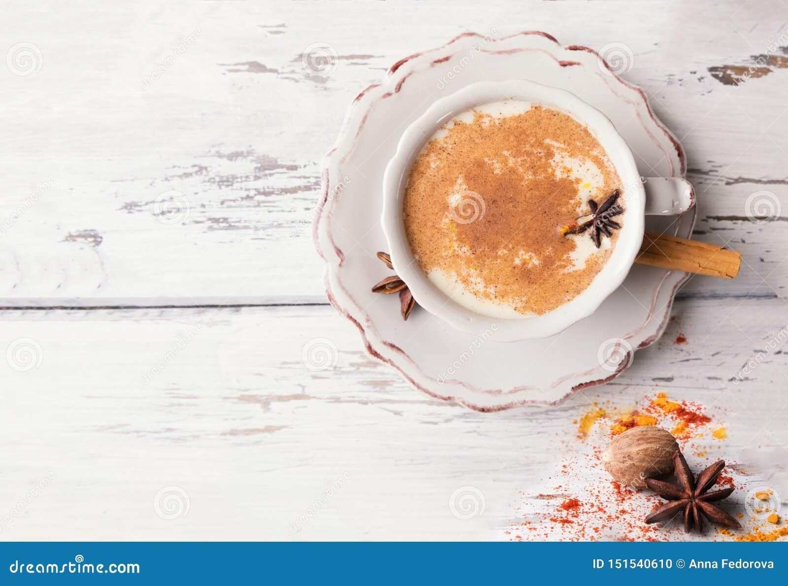 Belle tasse de thé indien traditionnel de Chai de masala dessus avec l anis et la cannelle d étoile sur un fond en bois minable d