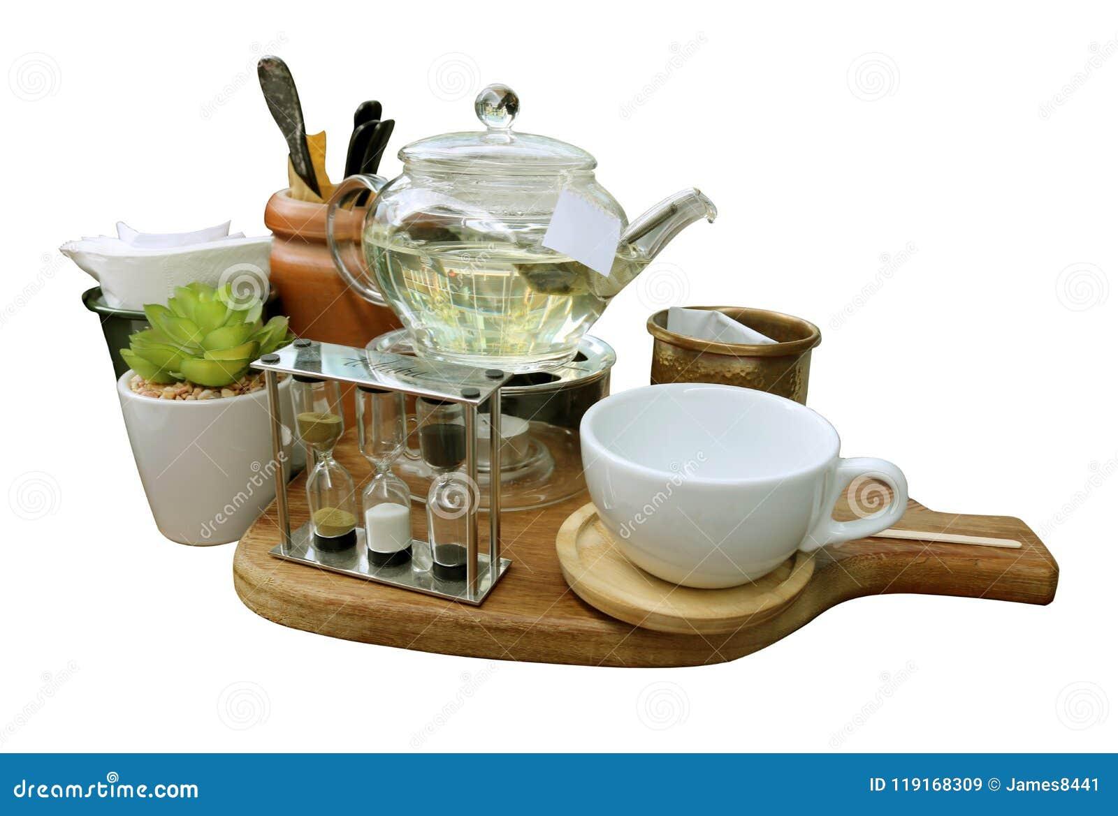 Belle tasse disposée de thé avec du sucre sur un plateau