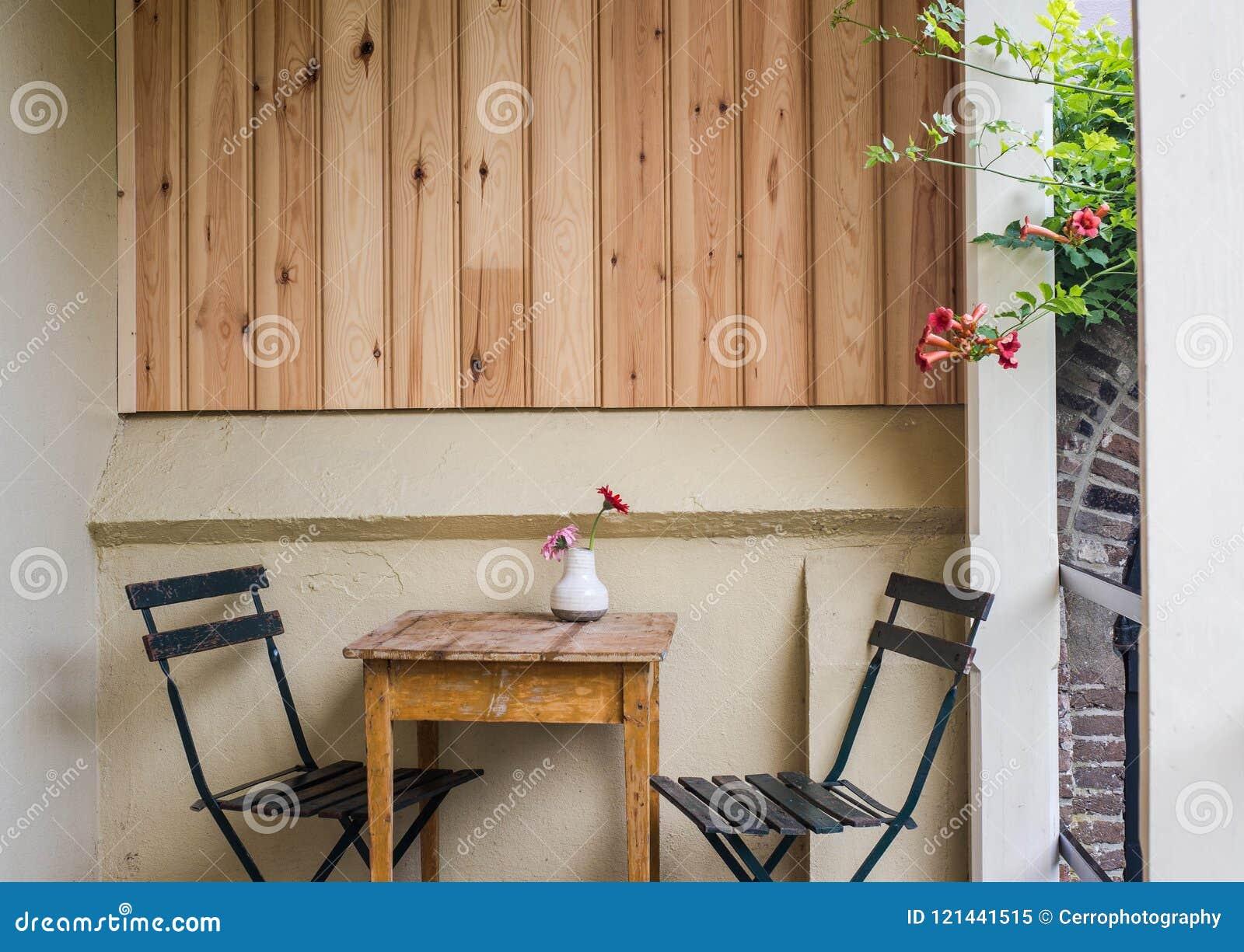 Belle Terrasse Ou Balcon Confortable Avec La Petites Table Chaise Et Fleurs Image Modifie