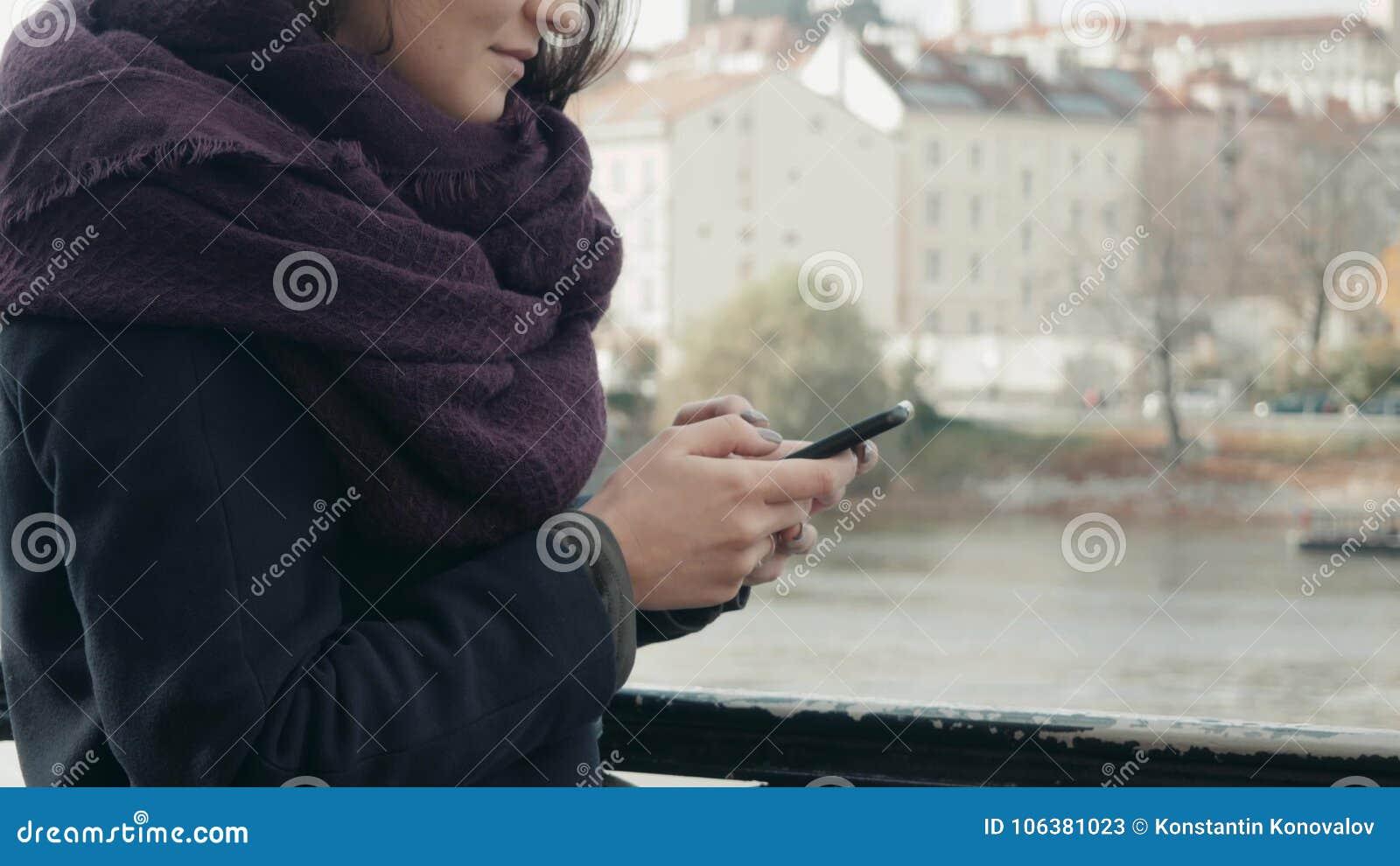 Belle touriste de jeune femme à Prague utilisant son Smartphone, concept de déplacement