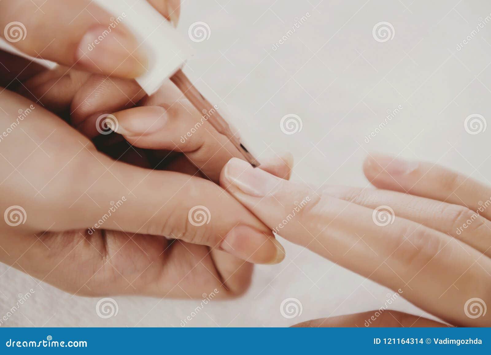 Belle unghie di tiraggio con smalto beige