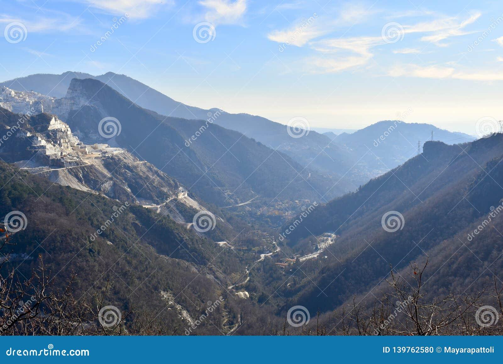 Belle vallée entre les montagnes du trekking à Carrare, Italie