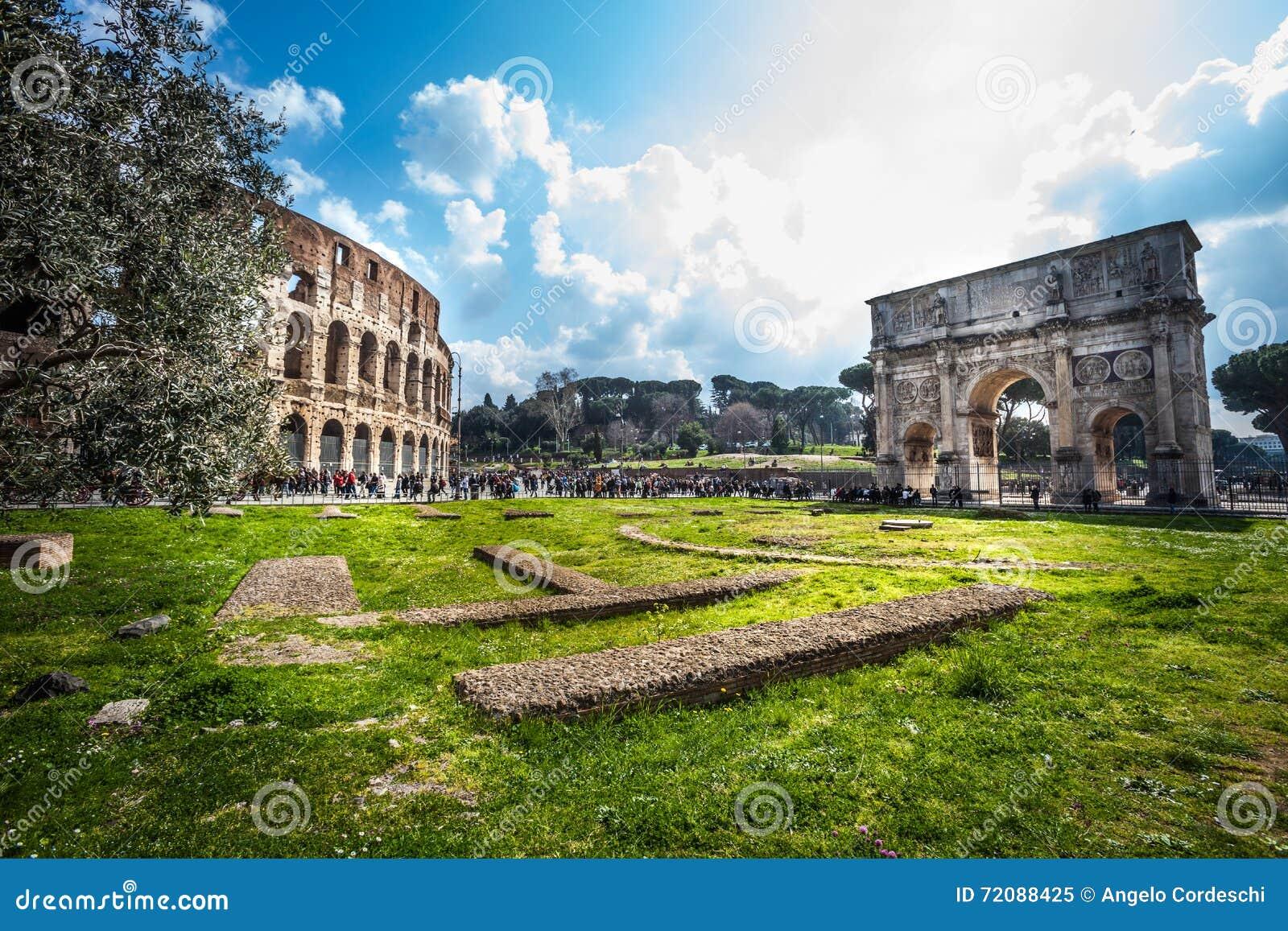 Belle vecchie finestre a roma italia colosseum e l 39 arco di constantine immagine editoriale - Finestre a roma ...
