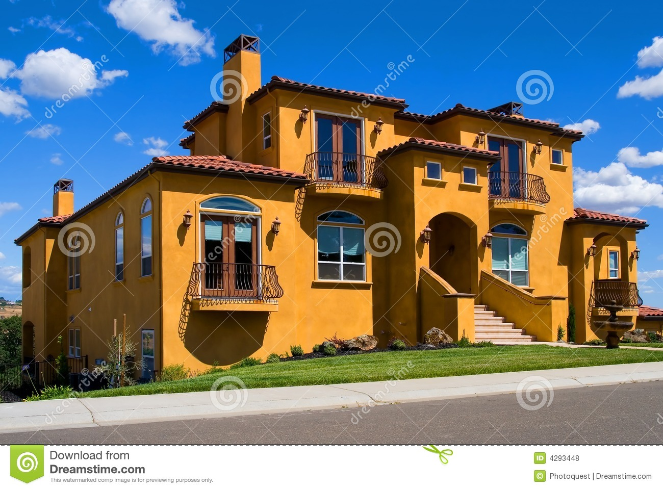 Belle villa jaune photo stock image du voisinage ch teau for Des belles villas