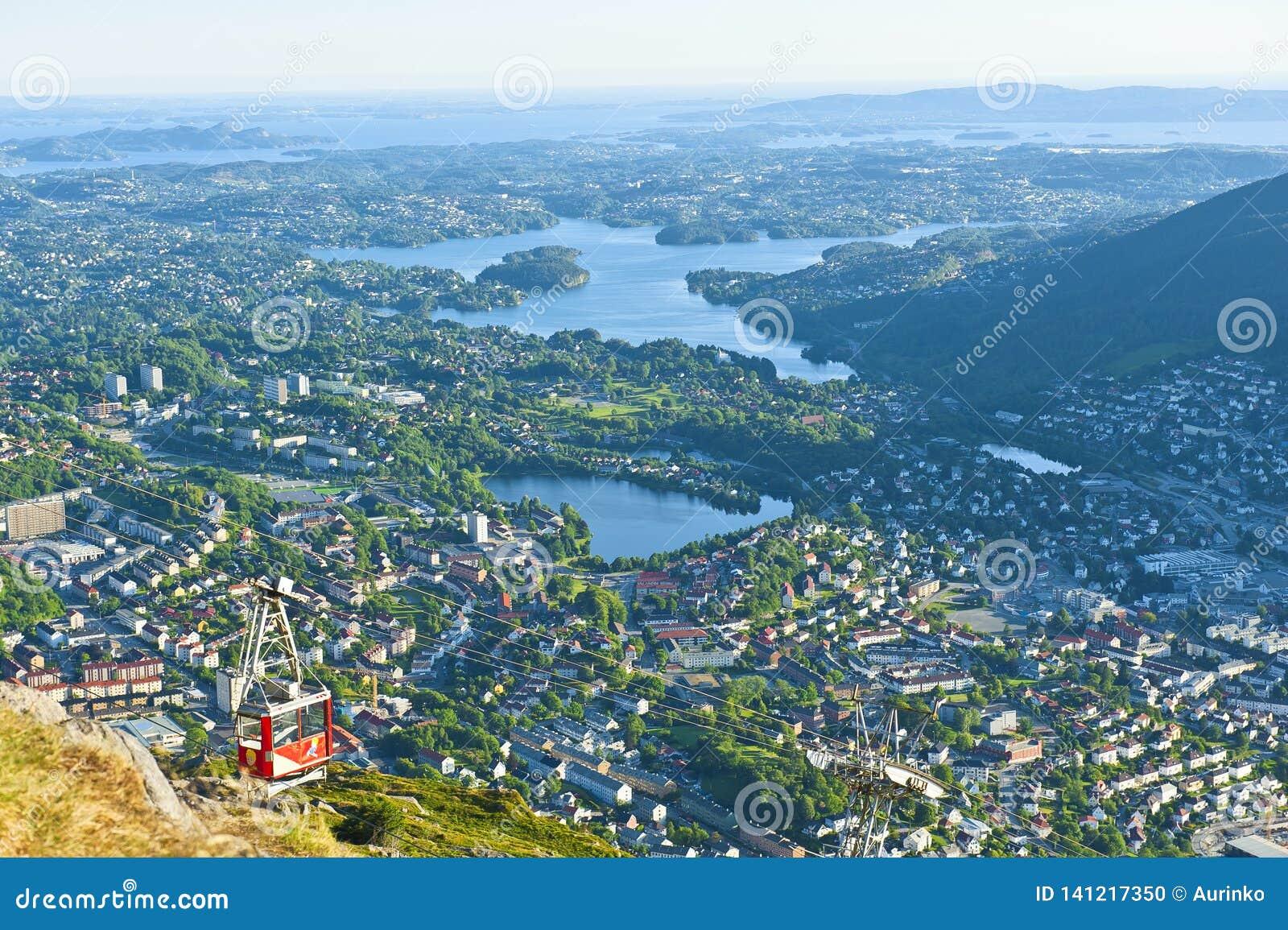 Belle vue avec le funiculaire d Ulriken vu du bâti Ulriken à Bergen