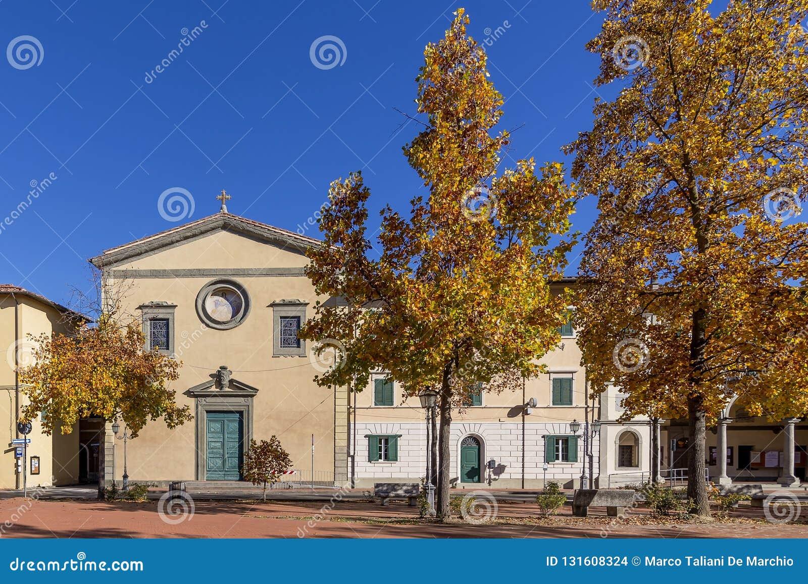 Belle vue d automne de Piazza Vittorio Emanuele II et la paroisse de Santa Maria Assunta dans Bientina, Pise, Italie