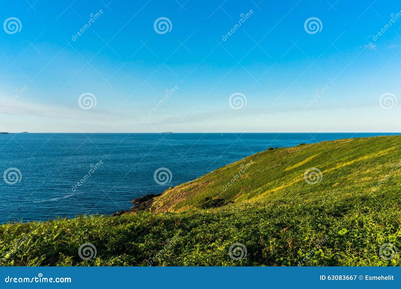Download Belle Vue D'océan Et Colline Herbeuse Verte Avec Image stock - Image du seascape, horizon: 63083667