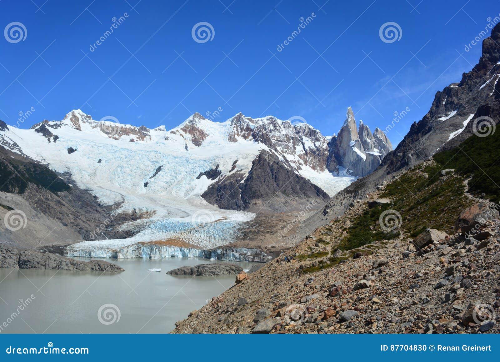 Belle vue d un glacier et de quelques crêtes à l intérieur du parc national de visibilité directe Glaciares, EL Chaltén, Argenti