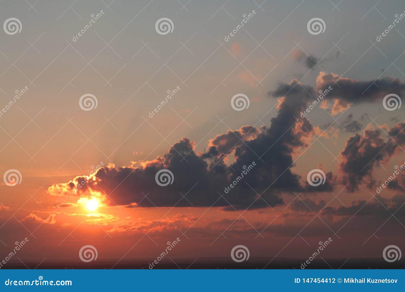 Belle vue d un soleil rouge réglé avec des nuages