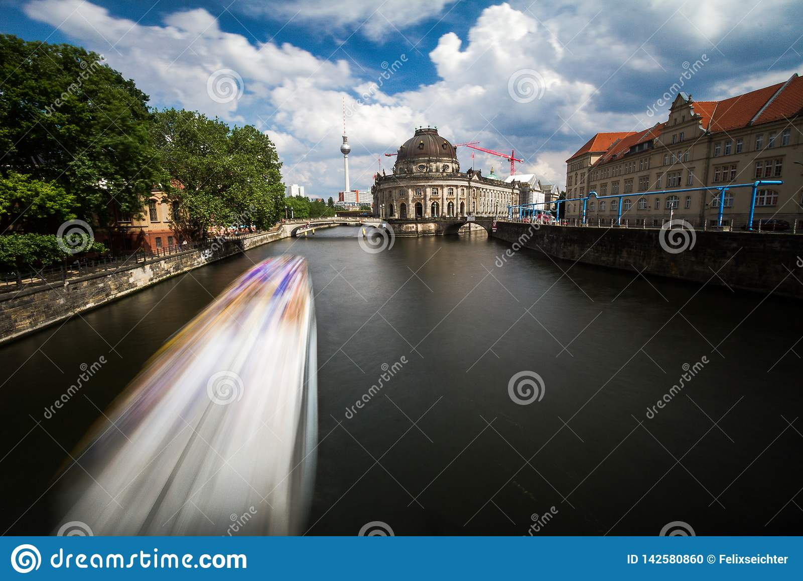 12 8 Belle vue 2018 de BERLIN ALLEMAGNE de site de patrimoine mondial de l UNESCO Museumsinsel (île de musée) avec le bateau d ex