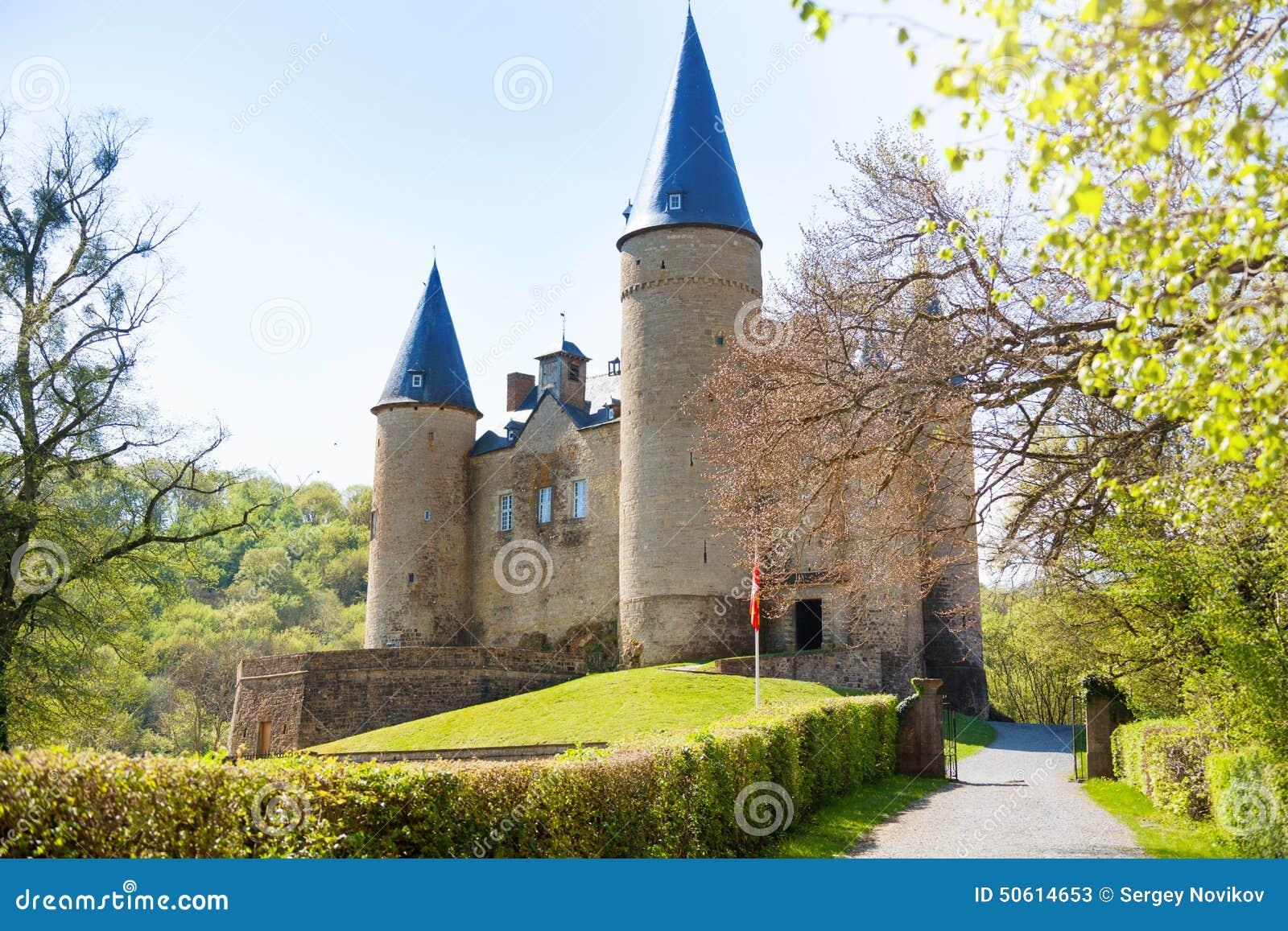 Belle vue de château de Veves pendant le jour ensoleillé