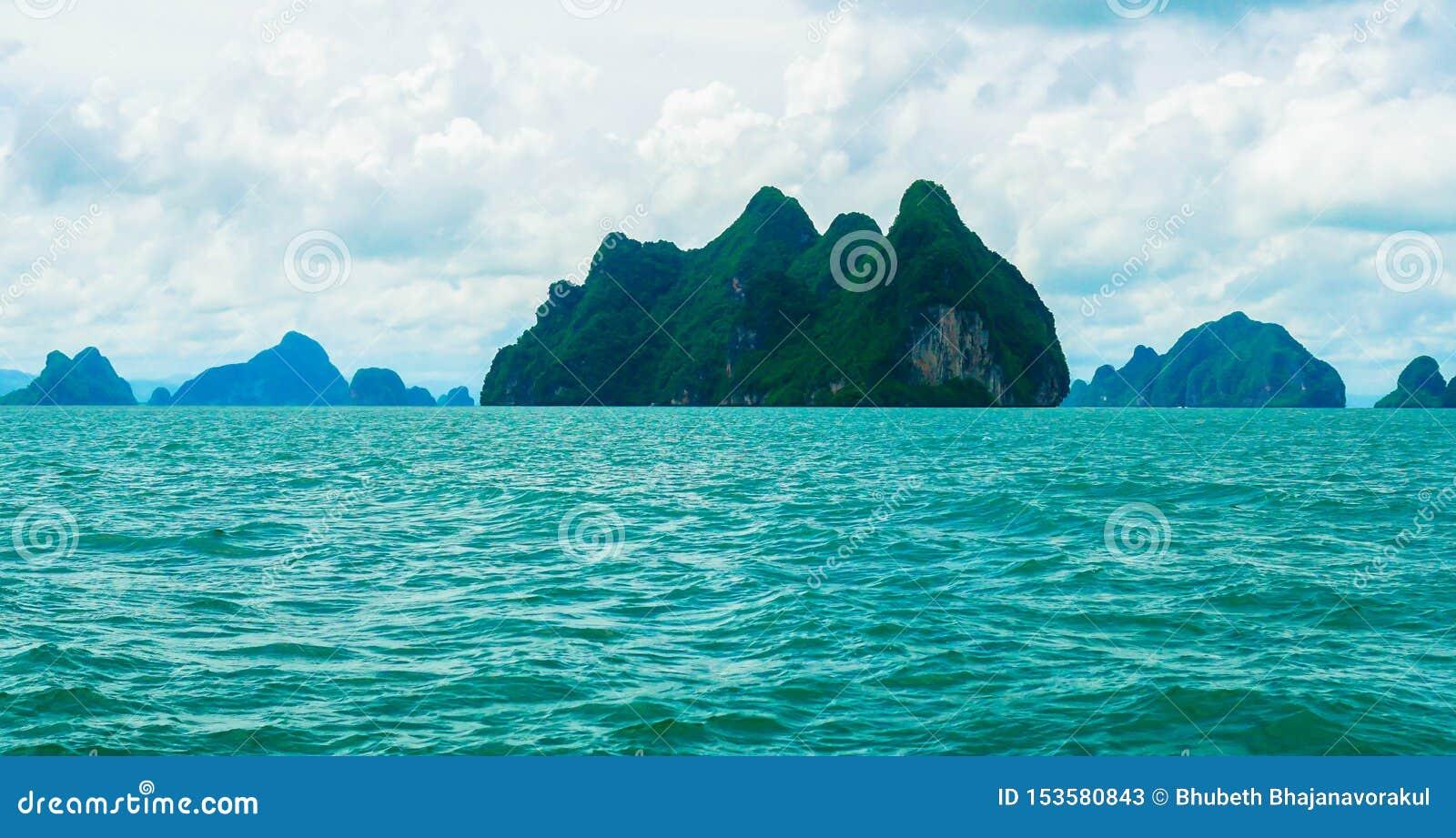 Belle vue de couleur de turquoise d océan et d îles vertes à Phuket, Thaïlande en air de jour et frais
