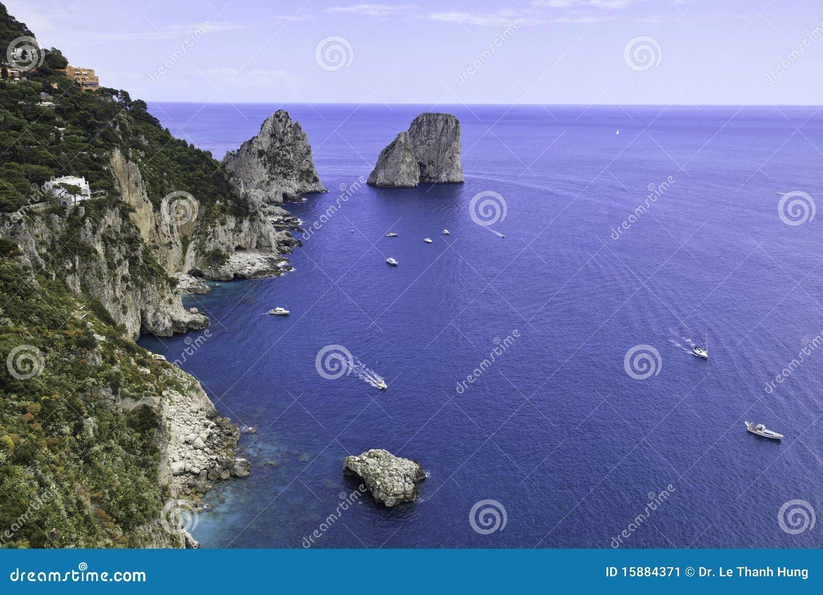 Belle vue de Faraglioni dans Capri