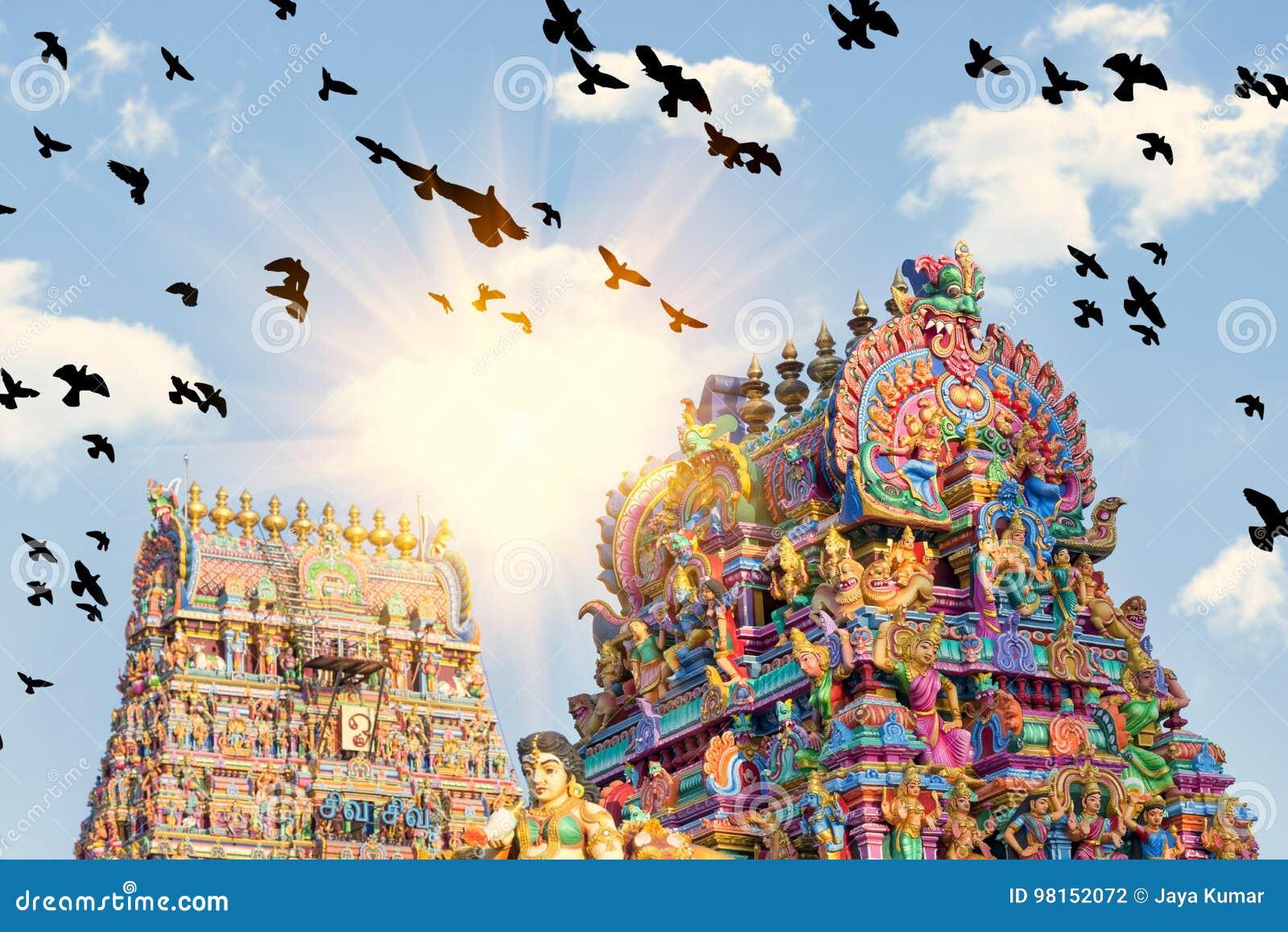 Belle vue de gopura coloré dans le Kapaleeshwarar indou Te