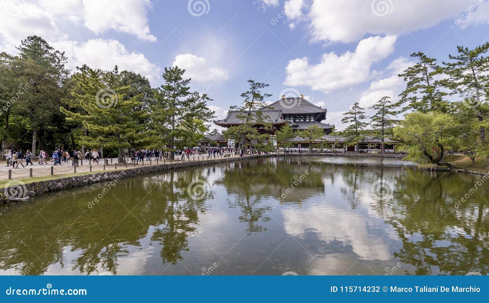 Belle vue de l étang à l entrée au temple de Todaiji à Nara, Japon