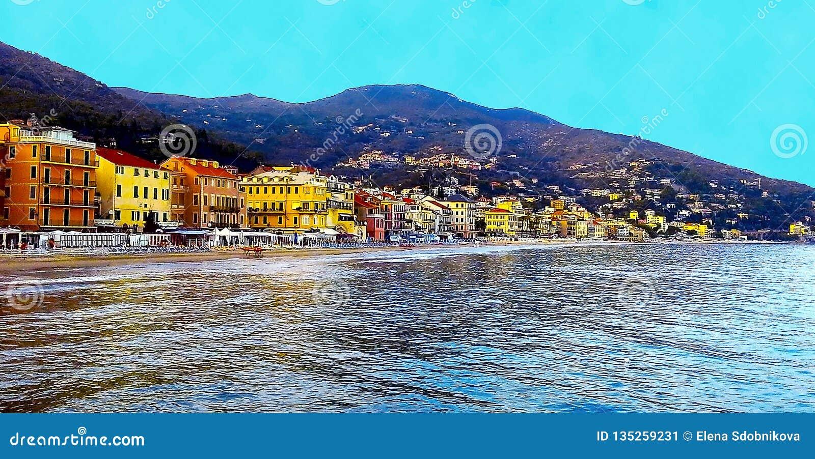 Belle vue de la mer et de la ville d Alassio avec les bâtiments colorés, Ligurie, Italien la Riviera, Cote d Azur, Italie