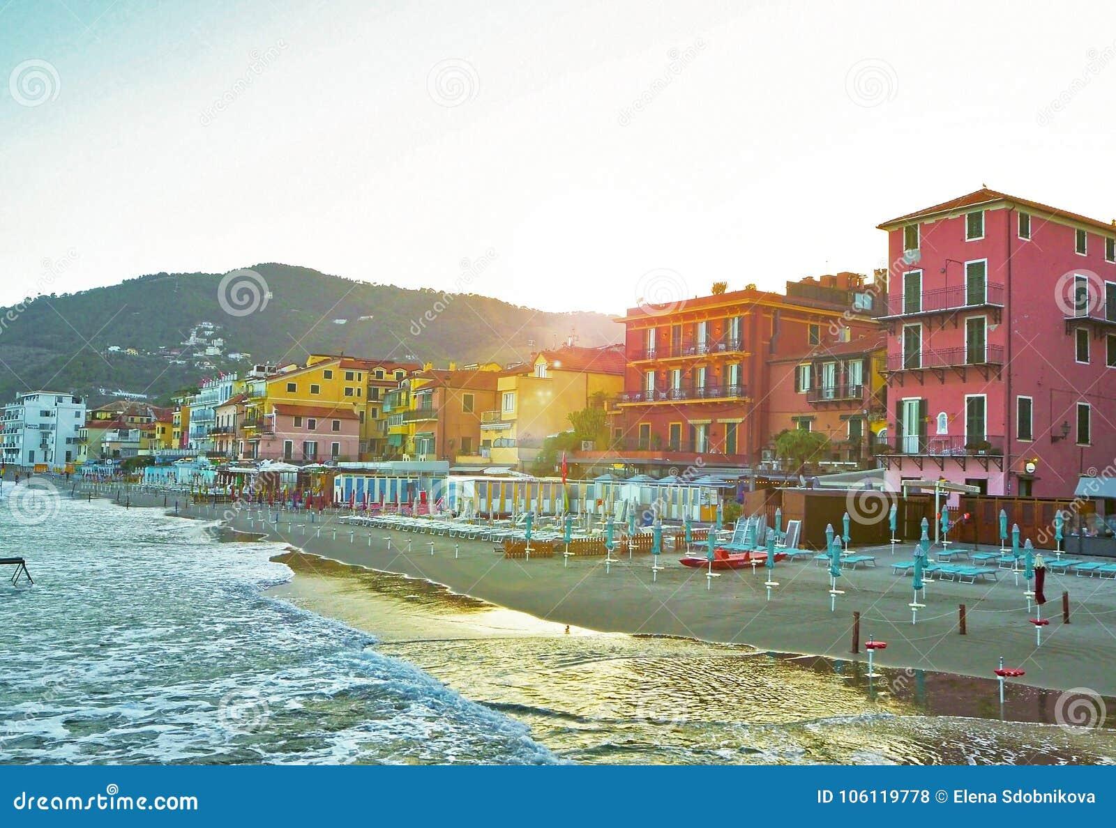 Belle vue de la mer et de la ville d Alassio avec les bâtiments colorés, Ligurie, Italien la Riviera, région San Remo, Italie