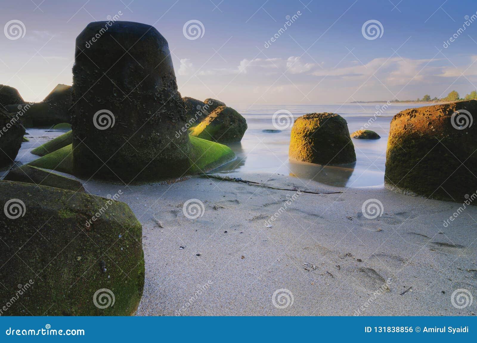 Belle vue de mer avec le paysage unique de formation de roche au-dessus du lever de soleil renversant