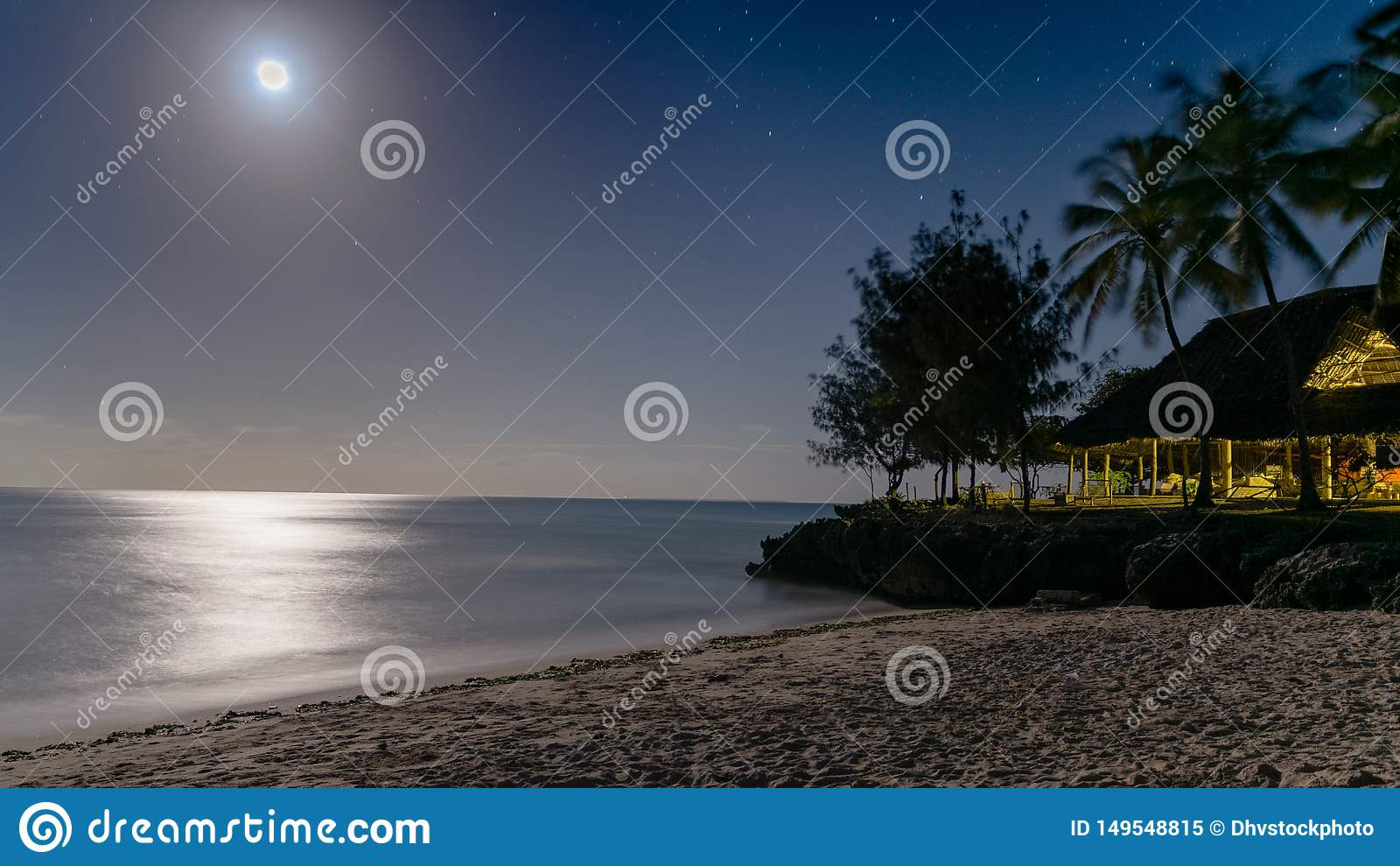 Belle vue de nuit d une plage de paradis d a avec la lueur argentée du clair de lune se reflétant de l eau