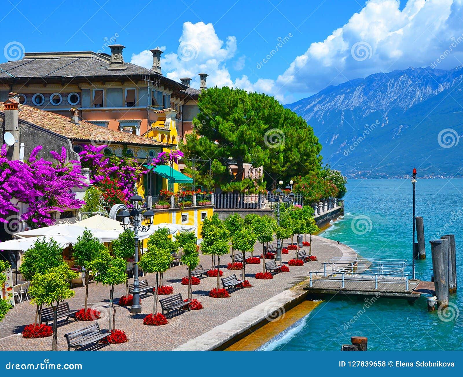 Belle vue de ressort du policier de sul de Limone, promenade en fleurs Policier de sul de Limone, région célèbre de la Lombardie,