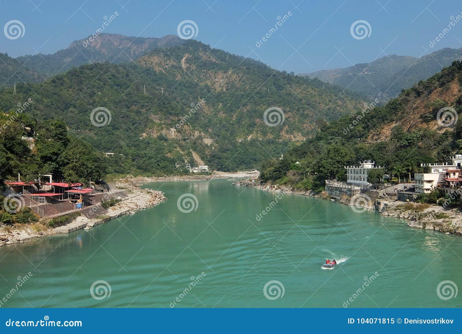 Belle vue de rivière de Ganga dans Rishikesh